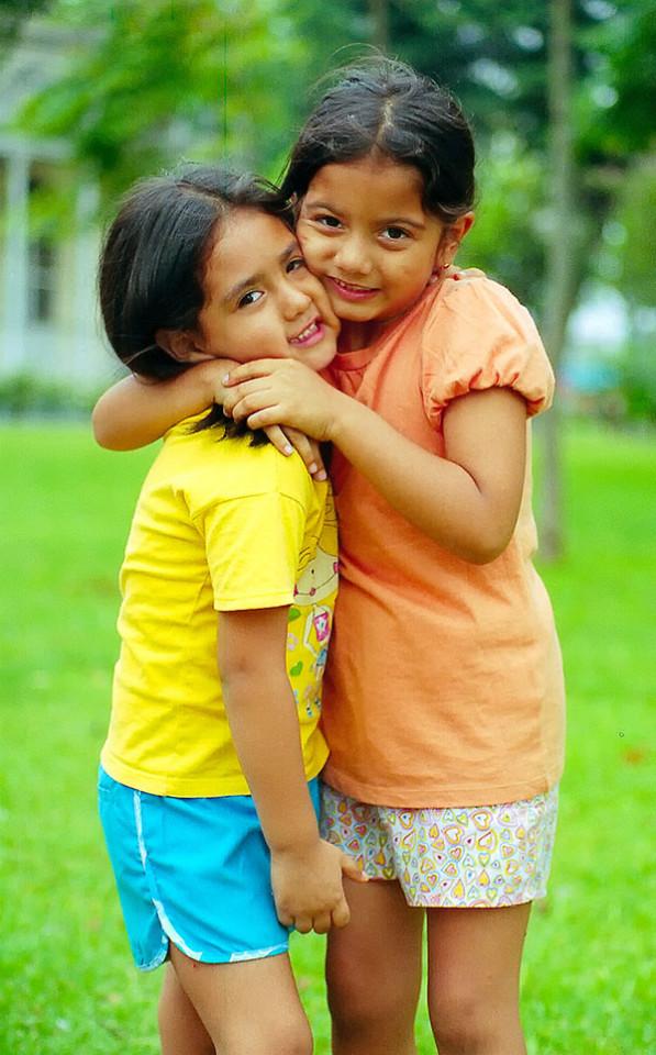 El abrazo de hermanas
