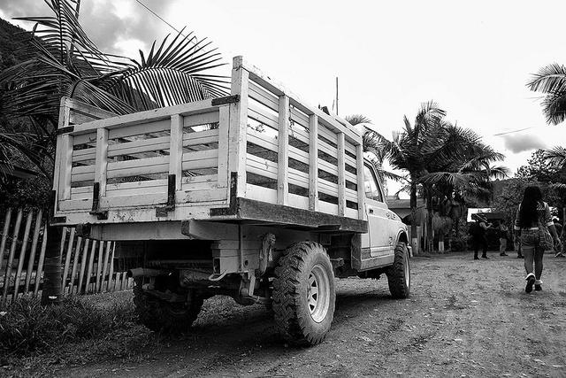 Camioneta trabajando, Oxapampa, Perú